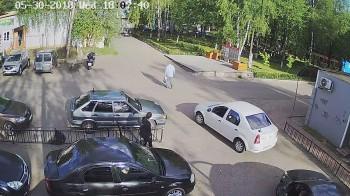 Ашукино, Стоянка автомобилей слева от сцены