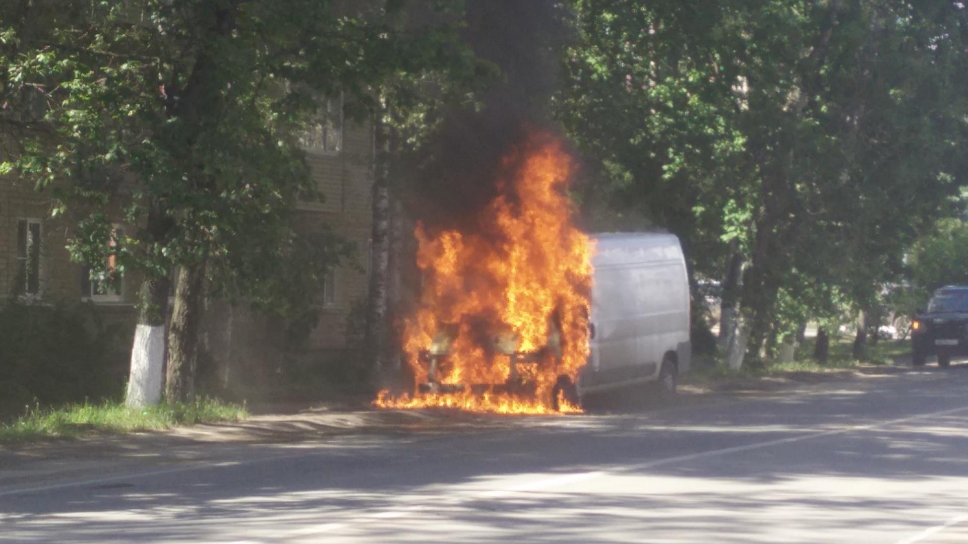 В центре Хотьково горит микроавтобус